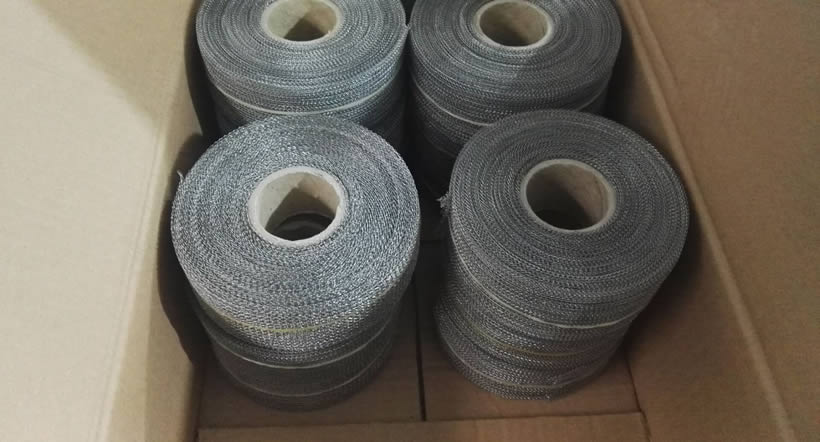 Knitted wire mesh filters are packed in carton.